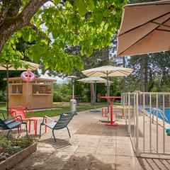 Parc et piscine du restaurant